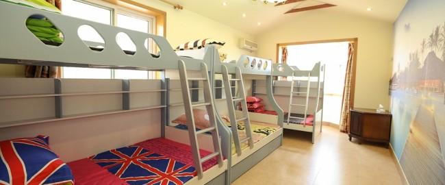Łóżko piętrowe w dziecięcym pokoju.