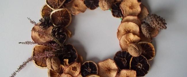Świąteczne dekoracje – jak zrobić wieniec z szyszek, orzechów i suszonych owoców.