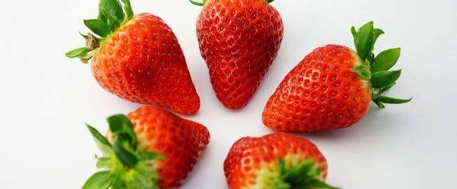 Kochasz truskawki? To bardzo dobrze! Sprawdź, dlaczego warto je jeść i jak wykorzystać ich moc dla urody