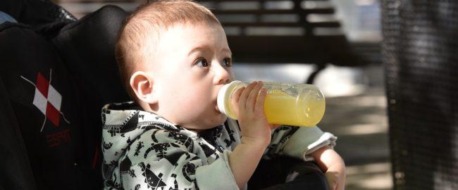 Niemowlętom nie powinno się podawać soków. A wiecie dlaczego?