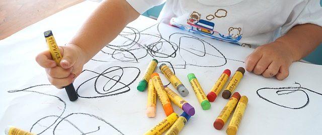 Wesoła twórczość mojego dziecka – po co kartki, skoro są ściany?