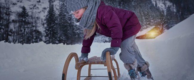 Jak ubrać niemowlę i starsze dziecko na zimowy spacer? Te wskazówki ułatwiają zadanie