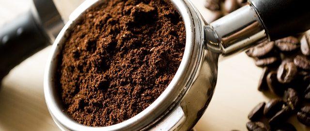 Kawa dobra nie tylko do picia, ale też do pielęgnacji skóry i włosów – nie wyrzucaj fusów do śmieci!