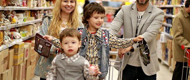 Brudne majtki w torebce, kupa na bluzce… – tak się robi zakupy z dziećmi!