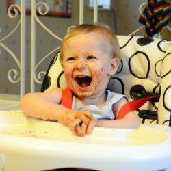 Nauka samodzielnego jedzenia nie musi być trudna. Jak nauczyć dziecko jeść sztućcami?
