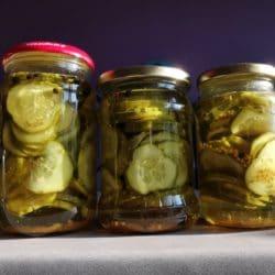 Ogórki w słodko-kwaśnej zalewie oraz sałatka z ogórków i papryki na zimę do słoików. Dwa przepisy