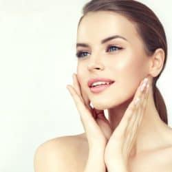 Kiedy sięgnąć po kosmetyki z kwasem hialuronowym?