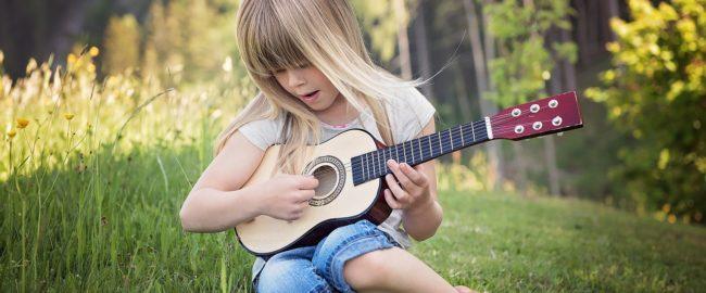 Nauka gry na gitarze dla dzieci. Kiedy zacząć i czy w ogóle warto?