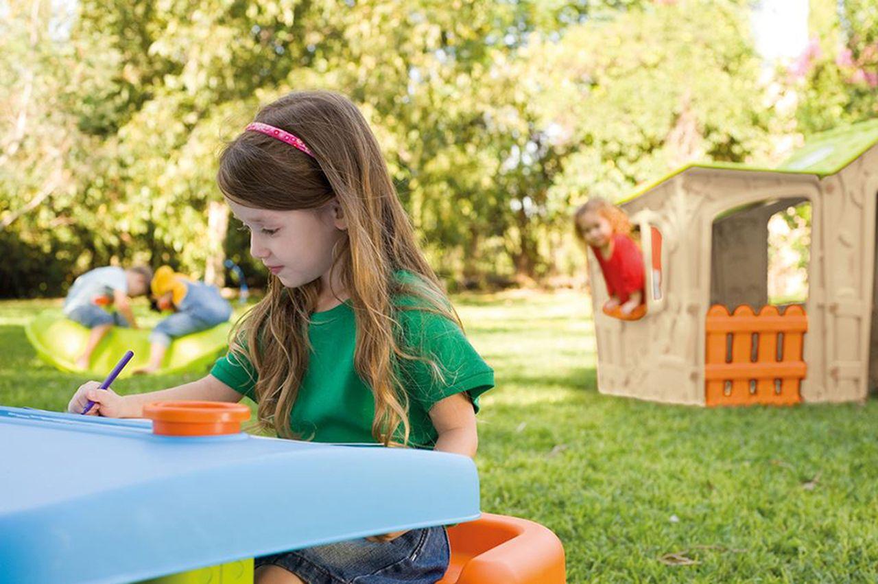 Dziecko w ogrodzie