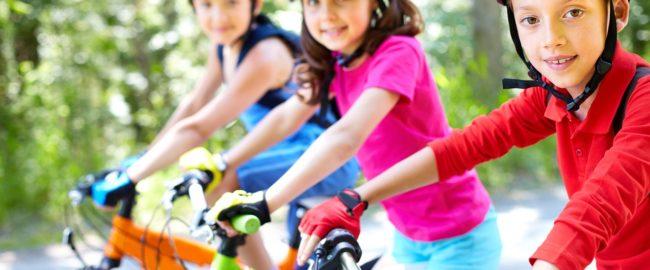 Kodeks młodego cyklisty – 7 rzeczy, o których musimy pamiętać, zabierając dziecko na wycieczkę rowerową. Co mówią przepisy?