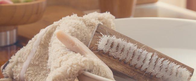 Szczotkowanie ciała na sucho – prosty i tani sposób na gładką skórę