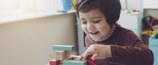 Twoje dziecko ma więcej niż 5 lat? Drewniany domek dla lalek będzie świetnym prezentem