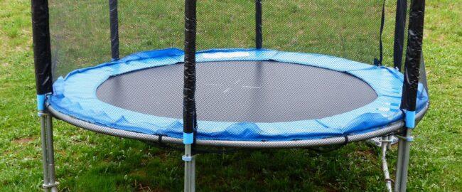 Czy trzeba składać trampolinę na zimę? Przekonam Cię, że tak