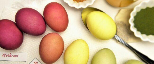 Jak naturalnie zafarbować jajka? Sposoby na eko pisanki