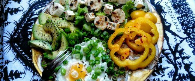 """Dietetyk radzi: zapomnijmy o piramidzie żywienia – idea """"pół talerza"""" to nowa jakość w planowaniu zdrowych posiłków"""
