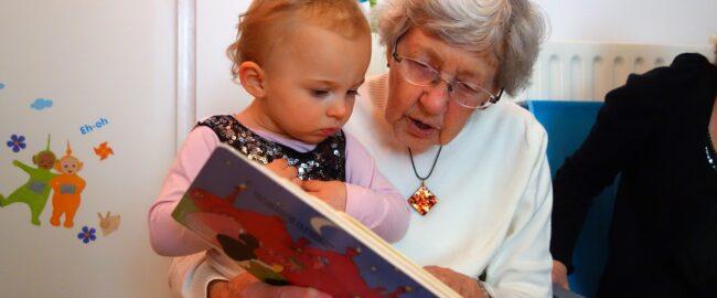 Dziecko znów chce, byście czytali tę samą książkę? Nie odmawiajcie — czytanie po raz kolejny znanej już historii ma swoje dobre strony